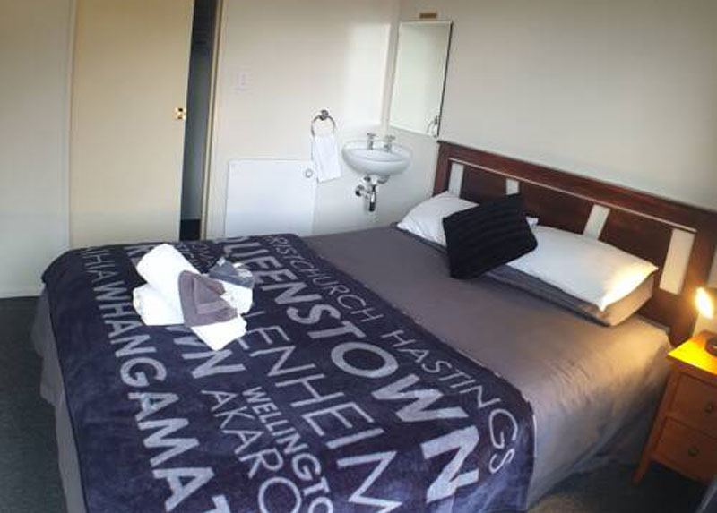 "<a href=""https://tombstonelodge.co.nz/accommodation/motel-rooms/"">Queen (harbour views)</a>"