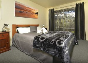 "<a href=""https://tombstonelodge.co.nz/accommodation/motel-rooms/"">Queen bed</a>"